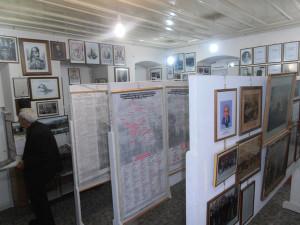 Φωτογραφίες, έγγραφα, χάρτες, αφίσες, εφημερίδες, αντικείμενα, μπορεί να βρει ο επισκέπτης εντός του κτηρίου της ΕΔΙΑΠ.