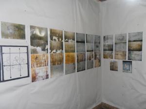 """Από το εσωτερικό του """"κελιού"""". Φωτογραφίες. σκίτσα, συνθήματα, μηνύματα από την κατοχή."""